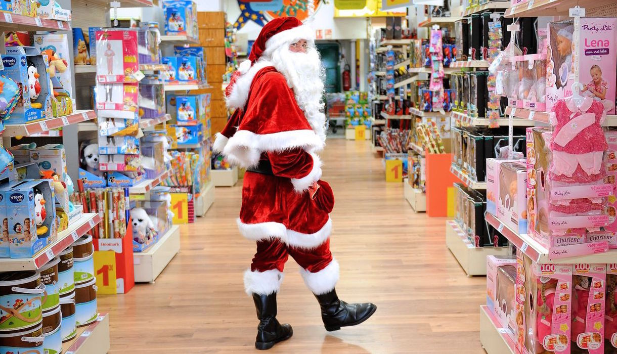 Un père Noël dans un magasin de jouets