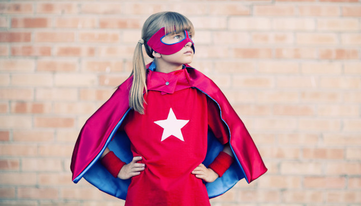 Petite fille en super héroïne