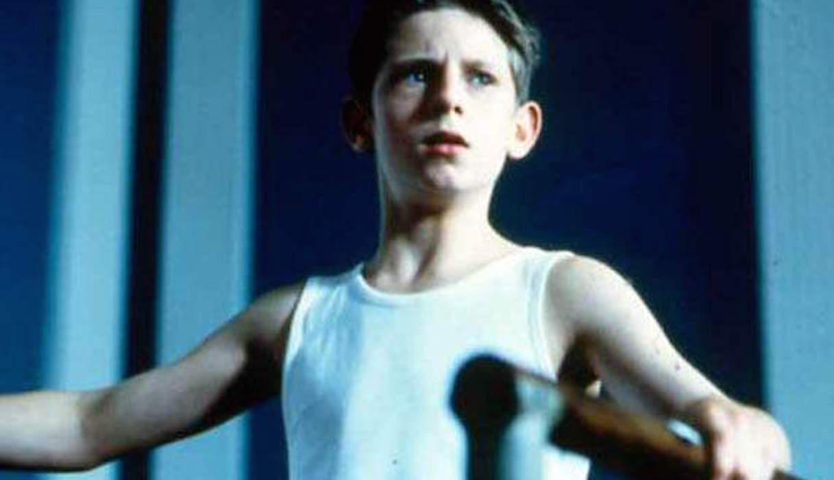 Jeune garçon à une barre de danse