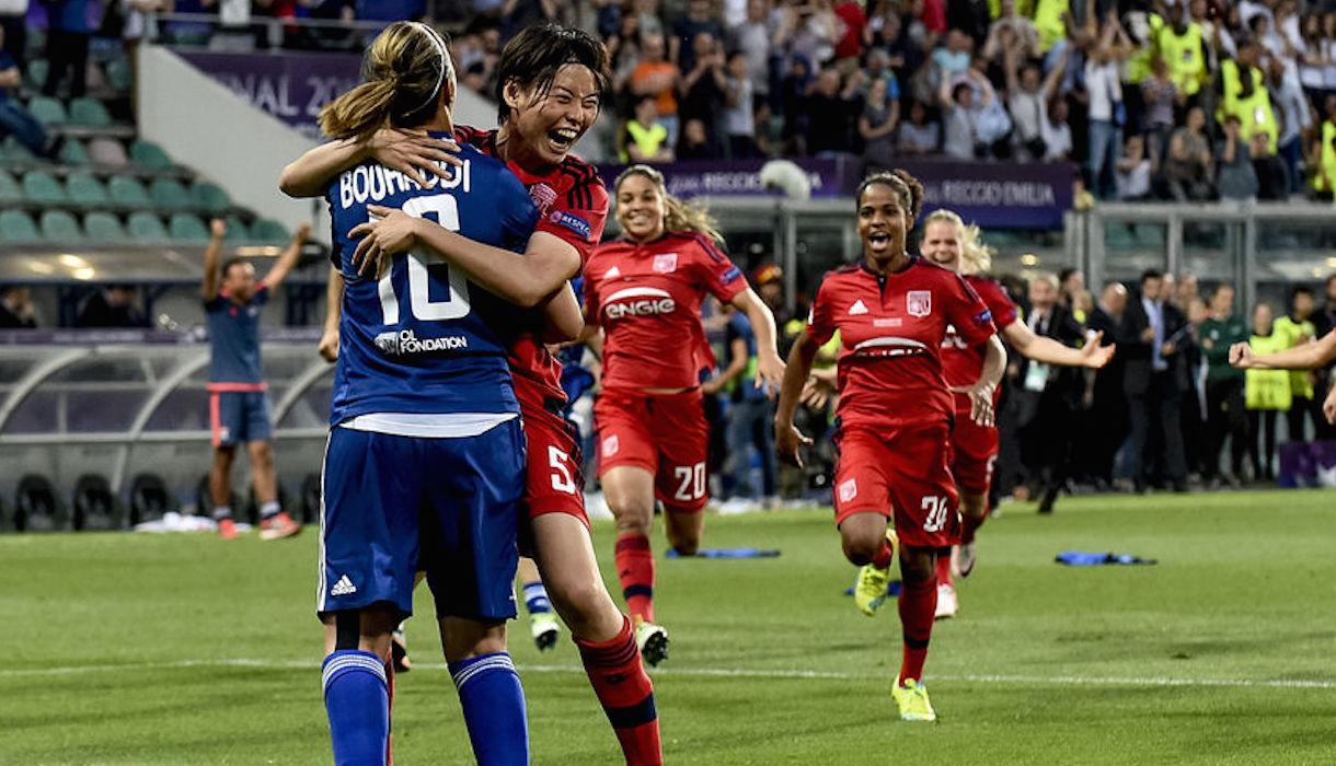 scène de joie dans un match de football/équipe féminine Lyon